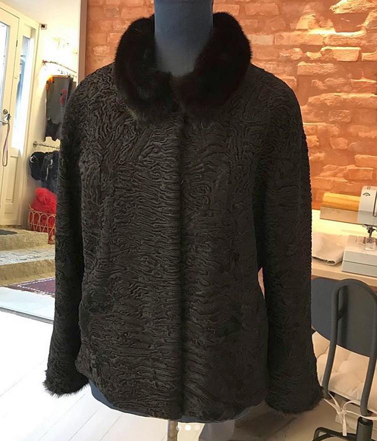 Redesignet frakke i swakara lam bliver til jakke med minkkrave